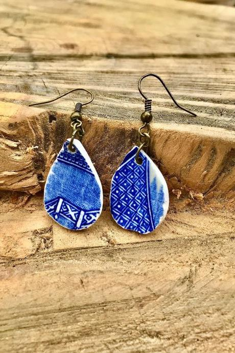 Sweet vintage willow pattern blue & wHITE china earrings